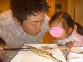焼きたての秋刀魚をふ〜ふ〜!.JPG